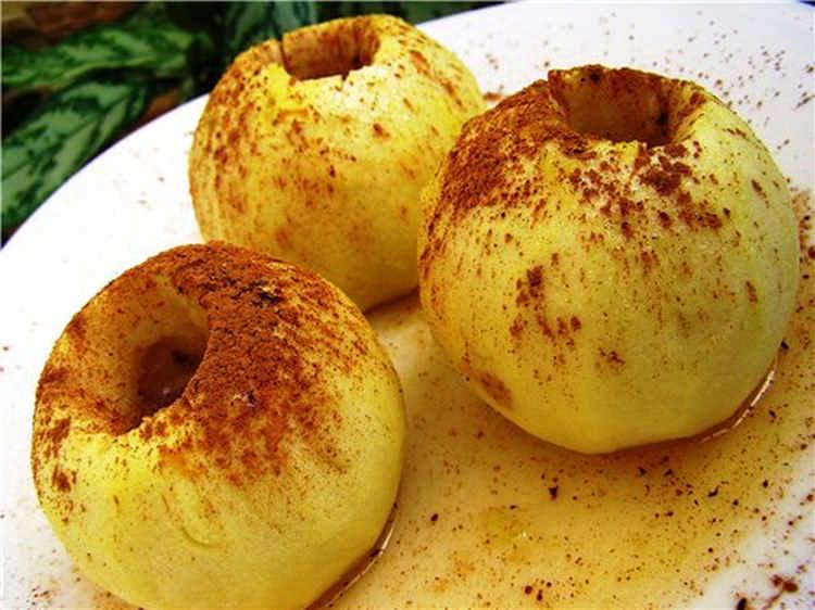 Яблоки с медом и корицей