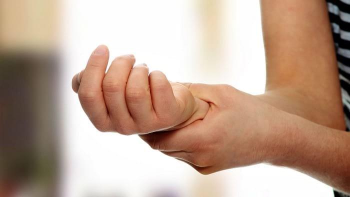 Почему немеют и покалывают пальцы