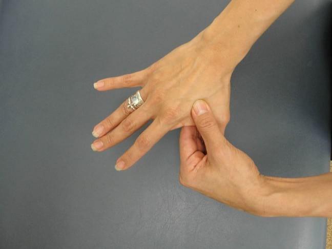 Почему Немеет большой и указательный пальцы