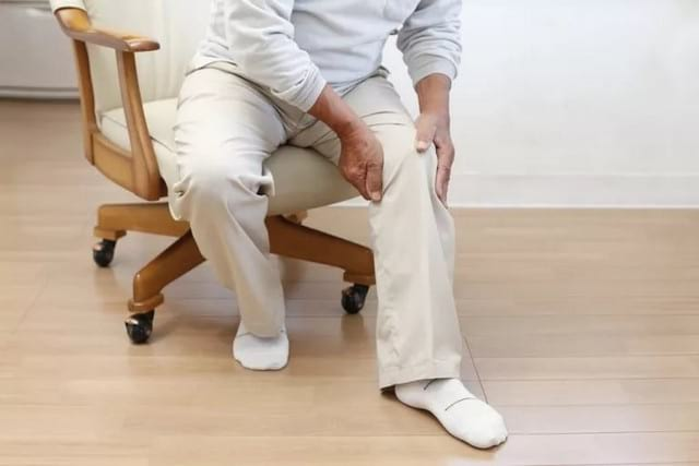 Почему хрустит коленный сустав