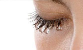 Почему слезятся глаза : причины и способы лечения