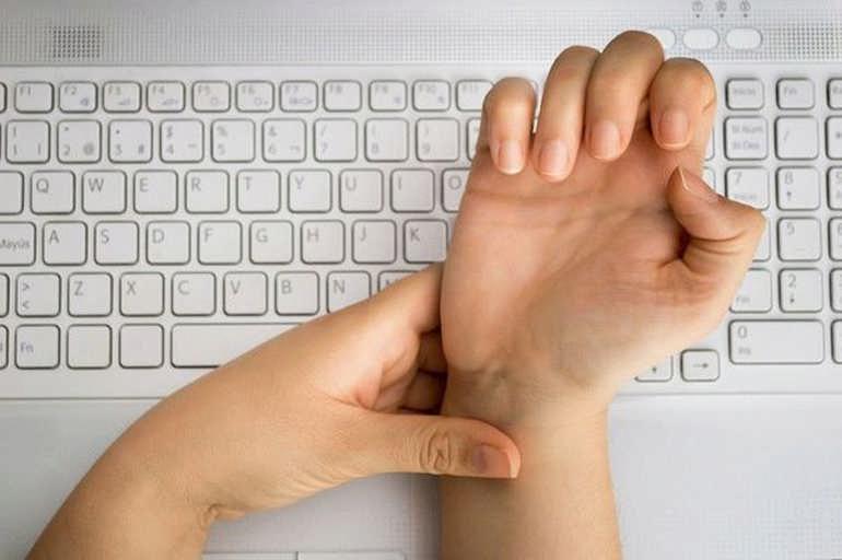 Почему сводит пальцы на руках