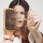 волосы на расческе у девушки