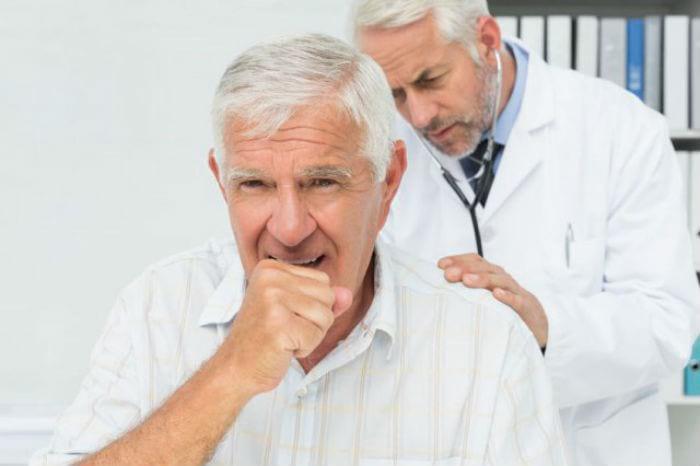 мужчина на приеме у врача-пульмонолога