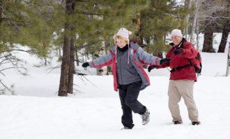пожилая пара на зимней прогулке