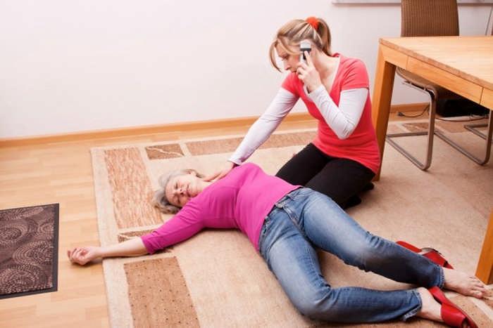 Как оказать первую помощь при обмороке: причины, симптомы и последовательность действий