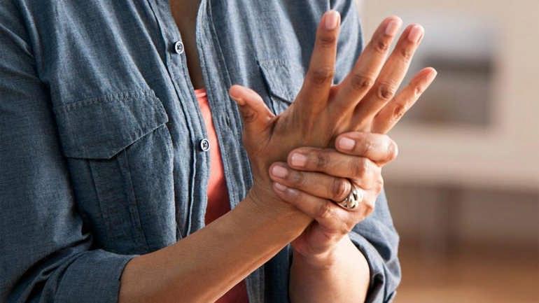 Почему сводит судорогой пальцы рук