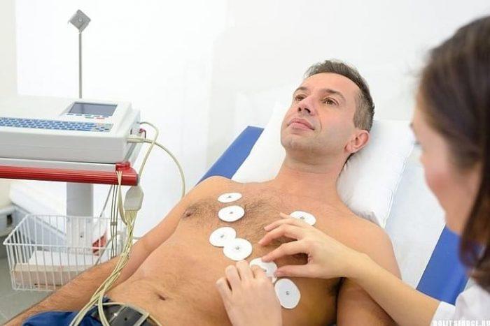 мужчина в диагностическом кабинете