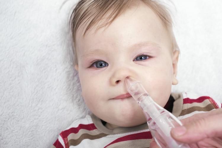 Как правильно закапать нос ребенку