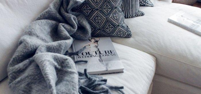 книга на диване