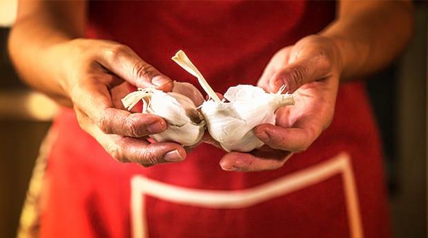 Тибетский рецепт очищения сосудов- чеснок в руках