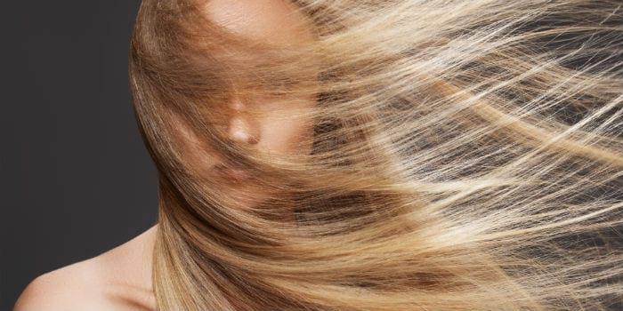 красивые светлые волосы у девушки