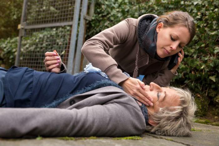 девушка оказывает помощь пожилой женщине