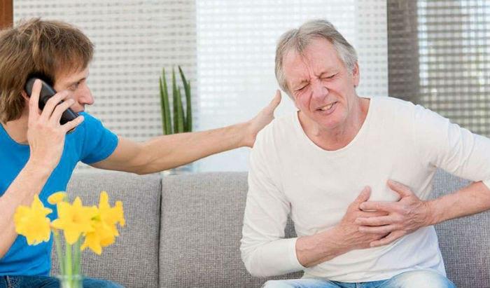 у пожилого мужчины сердечный приступ