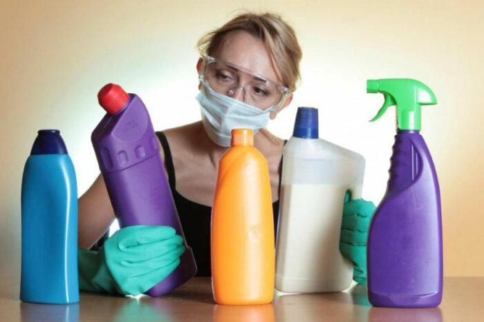 женщина и моющие средства