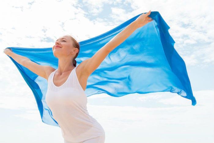 девушка с синим палантином