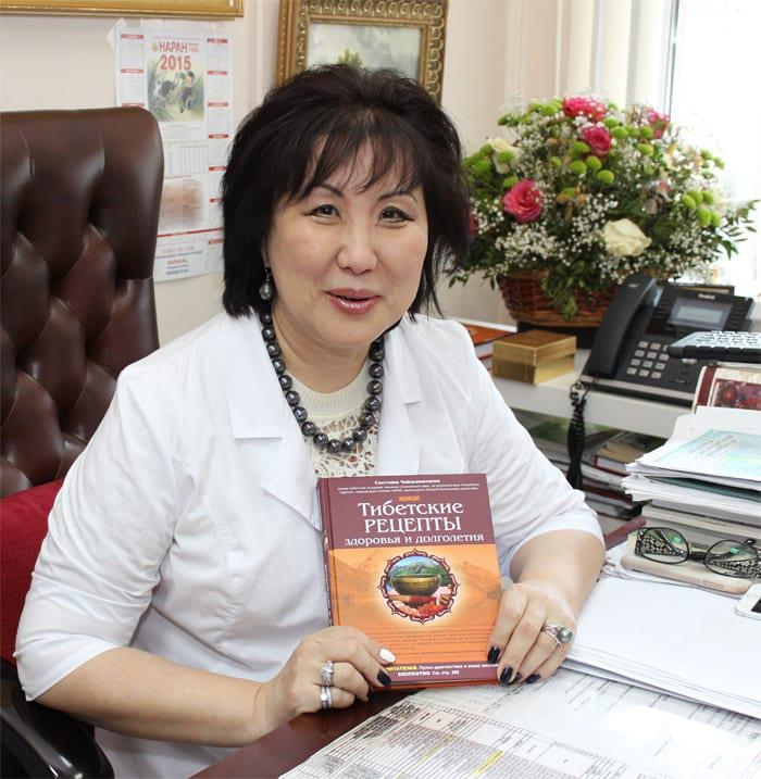 Светлана Чонжинимаева со своей книгой